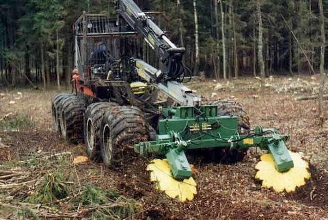 Dvoutalířová lesní půdní fréza TPF-2V nesená na forwarderu nebo vyvážečce